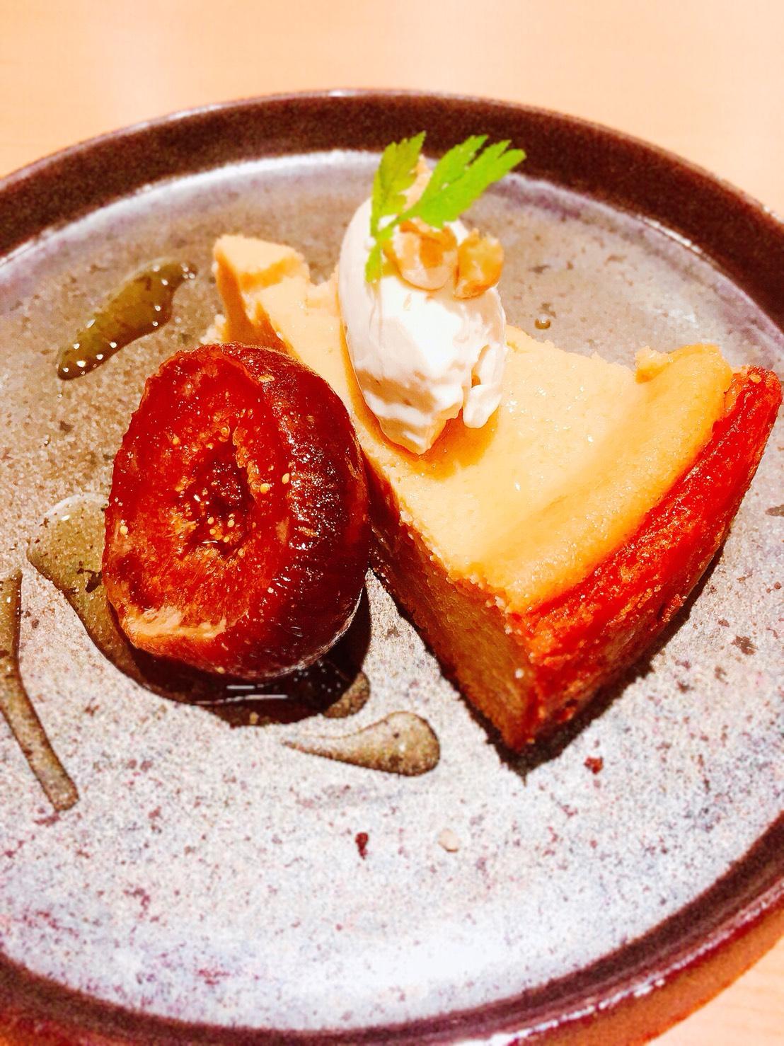 ORI TOKYOカフェ【本日のお菓子】濃厚ベイクドチーズケーキ 無花果の蜜煮添え